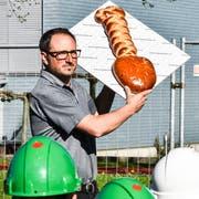 Im vergangenen Mai: Andreas Eggenberger präsentiert am Spatenstich für die neue Tobler Turnhalle einen Brot-Spaten. (Bild: Roman Scherrer)