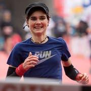 Emotionaler Triumph: Die Siegerin bei den Marathon-Frauen, Franziska Inauen, beim Zieleinlauf. (Bild: Corinne Glanzmann, 28. Oktober 2018)