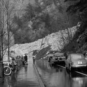 Mehrere grosse Lawinen suchten die bevölkerungsärmste Schwyzer Gemeinde in den Wintern 1952/53 und 1953/1954 heim. Im Bild sieht man wie Einwohner im Februar 1954 den Hausrat ausgraben. Seither hat Riemenstalden die Sicherheitsvorkehrungen, wie beispielsweise die Lawinenverbauungen, noch verstärkt. (Bild: G. Zust/ Staatsarchiv Luzern PA 1374/831)