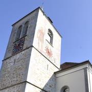 Der Turm der Pfarrkirche Appenzell hat den Dorfbrand von 1560 überstanden. Johannes Hugentobler malte 1923 den Heiligen Mauritius auf die Turmwand. (Bild: Hanspeter Schiess)
