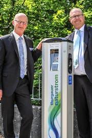 Klosterdirektor Werner Ibig und Vereinspräsident Bruno A. Hubatka zeigen die frisch installierte Elektrotankstelle. (Bild: Olaf Kühne)
