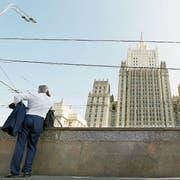 Ein Mann telefoniert vor dem russischen Aussendepartement in Moskau. ((Bild: Maxim Shipenkov/EPA (Moskau, 7. September 2018))