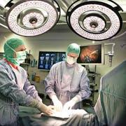 Das Luzerner Kantonsspital (im Bild eine Operation in der Chirurgieabteilung) soll ein neues Informatiksystem erhalten. Damit werden auch Prozessabläufe bei Operationen definiert. (Bild: Nadia Schärli)