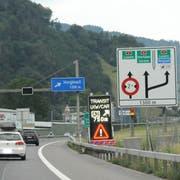 Tafeln weisen vor dem Kirchenwaldtunnel auf die Verkehrsführung hin. (Bild: Markus von Rotz, Stansstad, 12. Juli 2019)
