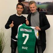 St.Gallens Sportchef Alain Sutter (rechts) mit seinem neuen Offensivspieler Victor Abril Ruiz. (Bild: pd)