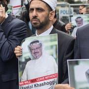 Protestierende halten Poster mit dem Bild des verschwundenen Saudischen Journalisten Jamal Khashoggi hoch. (Bild: Chris McGrath/Getty (Istanbul, 8. Oktober 2018))