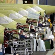 ARCHIV - ZUR EINREICHUNG DER KORREKTUR-INITIATIVE STELLEN WIR IHNEN FOLGENDES BILDMATERIAL ZUR VERFUEGUNG - Ein PC-21 der Pilatus Flugzeugwerke bei Stans im Kanton Nidwalden wird am Freitag 5.Oktober 2007 von einem Flugzeugbauer zusammengebaut. (KEYSTONE/Urs Flueeler)