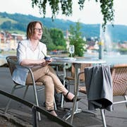 SP-Ständeratskandidatin Barbara Gysel lässt sich eine Kugel Glace am Zugerseeufer schmecken. (Bild: Maria Schmid, Zug, 25. Juli 2019)