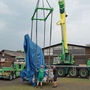 Die drei auf vier Meter grosse Esaf-Skulptur wurde am Mittwoch auf dem Stierenmarktareal abgeladen. Dort wird sie am Freitag, 9. August dann enthüllt. (Bild: Maria Schmid, Zug, 7. August 2019)