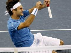 US Open 2006: Federer s. Roddick 6:2, 4:6, 7:5, 6:1Nach dem letzten Ballwechsel legt sich Roger Federer auf den Boden. «Das war ein grosser Moment in meiner Karriere und ich habe mir gesagt: Jetzt verdienst du es, dich hinzulegen. Das war ein gutes Gefühl, alleine auf dem Boden zu liegen.» Schon von Beginn weg dominiert Federer das Duell klar, schon nach 17 Minuten führt er mit 5:0. Doch Roddick kommt ins Spiel und holt sich den zweiten Satz. Zum spielentscheidenden Moment wird der Satzball im dritten Satz bei Aufschlag von Roddick, Federer holt sich den Satz und später den Turniersieg. Im Publikum sitzt Golfstar Tiger Woods erstmals in Federers Box.