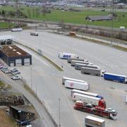 Rund 70'000 Quadratmeter Land wurden vor zehn Jahren für das Schwerverkehrszentrum überbaut. (Bild: Urs Hanhart, Erstfeld, 7. März 2017)