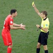 Schiedsrichter Clement Turpin zeigt Fabian Schär Gelb. (Mark Baker/AP)