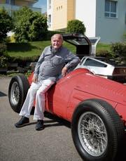 René Metzler mit einem seiner Lieblingsstücke, dem roten Maserati-Rennauto. (Bild: Adriana Ortiz Cardozo)