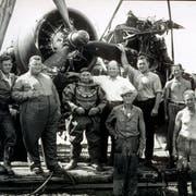 Der imposante «Bomber-Schaffner» mit seiner Bergungsmannschaft und ihrem Fund in Steckborn. (Bild: Archiv René Labhart, Steckborn)