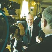 Medialer Dauerlauf: Hans-Rudolf Merz kurz nach seiner Wahl in den Bundesrat 2003. (Bild: rtr/Pascal Lauener)