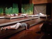 Die Theaterklasse der Kantonsschule Wil bei der Aufführung von «Die Insel» in der Kantonsschul-Aula. (Bild: Christof Lampart)