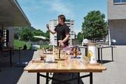 Der Zivildienstleistende Thoma Heeb zeigt den Schülerinnen und Schülern, wie mittels Solarzellen Strom produziert und in Akkus gespeichert werden kann. Der Zivildienst unterstützt das Energietal Toggenburg wahrend der Solarwochen mit zwei Dienstleistenden. (Bild: Michael Hehli)