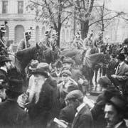 Auf dem Zürcher Paradeplatz wurde auch das Militär gegen die Streikenden eingesetzt. (Bild: KEYSTONE/PHOTOPRESS-ARCHIV/STR)