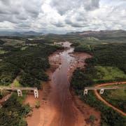 Der Dammbruch in Brasilien hat zu einer riesigen Schlammlawine geführt, die ganze Brücken zum Einstürzen bringt. (Bild: EPA/Antonio Lacerda)