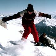 Vor rund 30 Jahren galten «Schneesurfer» noch als absolute Exoten. Doch bereits Mitte der Neunzigerjahre (wie hier im Bild in Davos) war das Snowboard weit verbreitet. Inzwischen hat der Hype um das Sportgerät stark nachgelassen. (Bild: Andy Mettler/Reuters (25. November 1995))