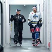 Der neue Trainer Jason O'Leary (links) und der neue Spieler Pontus Widerström in der Bossard Arena. Bild: Maria Schmid (Zug, 27. August 2018)