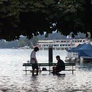 An der Klimasondersession vom 24. Juni werden im Kantonsrat 16 Vorstösse zum Thema beraten. 2005 zum Beispiel spielte das Wetter verrückt: Im Bild eine Überschwemmung in der Stadt Luzern. (Bild: Remo Inderbitzin: 25. August 2005)