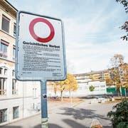 Ein Verbotsschild beim Schulhaus Säli neben dem Pilatusplatz in der Stadt Luzern. (Bild: Manuela Jans-Koch, 27. Oktober 2019)