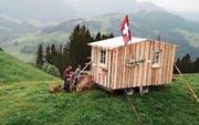 Familie Dietrich und ihre «Alpenbritsche» auf der Göbsi. (Bild: Appenzellerland Tourismus AR)