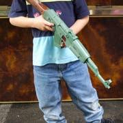 Spielzeugwaffen sind zwar beliebt bei Kindern, können jedoch Aggressionen auslösen. (Symbolbild: Imago)
