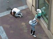 Ein Muslim betet mitten in Lugano. Solche Szenen lösen im Tessin Diskussionen aus. (Bild: Ticinonews.ch)