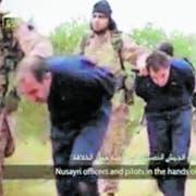 Der Video-Screenshot zeigt IS-Kämpfer, die gefangengenommene syrische Offiziere abführen. Später werden sie enthauptet. (Bild: AP/Keystone, 16. November 2014)
