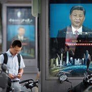 Seine ungeheure Machtfülle setzt Xi Jinping (Hintergrund) weniger für Veränderung als für Stabilität ein. (Bild: Mark Schiefelbein/AP, Peking, 22. August 2018)