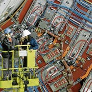 Angestellte arbeiten am CERN-Teilchenbeschleuniger bei Genf: Die Personenfreizügigkeit hat die Migration von Fachkräften erhöht. (Bild: Salvatore Di Nolfi/Keystone, 28. Februar 2007)