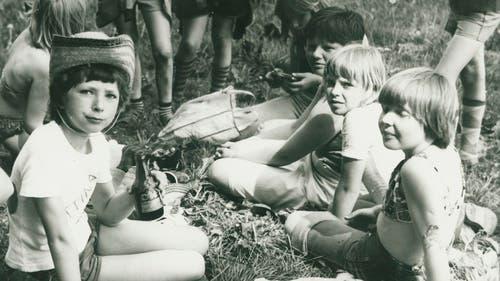 Blick ins Familienalbum: Bettina Badenhorst (links mit der Flasche) im Jahr 1979 während eines Wandertags. (Bild: Zur Verfügung gestellt)