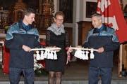 Regierungsrätin Karin Kayser teilt den Führungsstab mit Pralinensäckchen für den neuen Kommandanten Jürg von Gunten (links) und den scheidenden Jürg Wobmann. (Bilder: Marion Wannemacher (Stans, 23. November 2018))