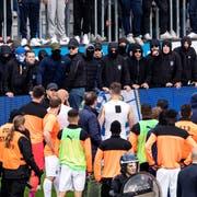 Die GC-Spieler händigen den Ultras ihre Trikots aus. (Bild: Keystone, Luzern, 12. Mai 2019)