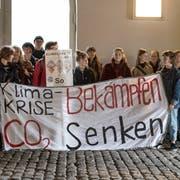 Junge Klimaaktivisten nahmen am Dienstagnachmittag die Mitglieder des St.Galler Stadtparlaments schon am Eingang zum Waaghaus in Empfang. (Bild: Adriana Ortiz Cardozo - 21. Mai 2019)