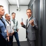 Leiter Roman Dürr (rechts) führt die Gäste durch das frisch eröffnete Datacenter Thurgau in Frauenfeld. (Bild: PD)