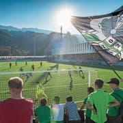 Der neue Kunstrasen des Kleinfeld-Stadions im Sonnenlicht. (Boris Bürgissser (Kriens, 13. Oktober 2018))