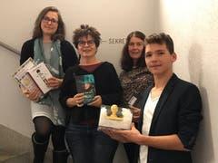 30. Oktober: Es wird bekannt, dass die Buchser Jugendbuchautorin Alice Gabathuler (2. von links) für ihren Jugendthriller «Hundert Lügen» mit einem Preis ausgezeichnet wurde. (Bild: PD)
