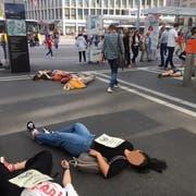 Wegen des Klimawandels sterben: Die Aktion vom Dienstagnachmittag vor dem Hauptbahnhof war auch ein Hinweis auf die nächste Klimademo vom Freitag. (Bild: Emma Wolf - 18. Juni 2019)
