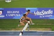 Chiara Scherrer (hinten) überspringt am 3000-Meter-Steeple-Rennen in Neapel ein Hindernis. (Bild: PD)