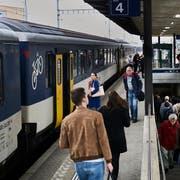 """Kleine Repo am Bahnhof Ebikon, der x-faches an Personen """"abfertigt"""" als an normalen Tagen. Da der Bahnhof Luzern noch immer gesperrt ist nach der Zugsentgleisung. Bild: Jakob Ineichen (LZ)"""