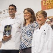 Stellvertretend nahm Urs Zuberbühler den Bernhard-Aebersold-Preis für die Bäckerei-Confiserie Mohn entgegen. Mit dabei die Witwe des Namensgebers, Ulrike Aebersold mit Sohn Kevin. (Bild: PD)