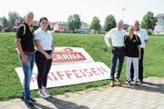 Von links: René Kuhn, FC Kirchberg, Rahel Gähwiler, Micarna, Beat Bollinger, Bankleiter, Dieter Gähwiler, Präsident FC Kirchberg, und Maik Holenstein, Leiter Marketing. (Bild: Beat Lanzendorfer)