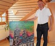 Pastoralassistent Jürgen Kaesler mit dem Werk der Künstlerin Johanna Schneider, auf dem der St.Galler Dom zu sehen ist, und das Bischof Markus Büchel am 14. September übergeben wird. (Bild: Beat Lanzendorfer)
