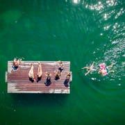 Ein Sprung ins kühle Nass, hier im Bodensee bei Arbon. (Bild: Urs Bucher)
