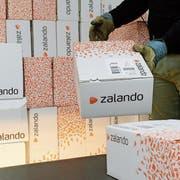 Rund die Hälfte der 400 Mitarbeiter in Arbon kümmern sich bei MS Direct um die Retouren von Zalando. (Bild: Steffen Schmidt/Keystone)