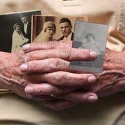 Menschen mit Demenz können sich an Erinnerungen von früher, etwa in Form von Fotos, festhalten. (Bild: Fotolia)