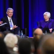 Neil Irwin, Journalist der «New York Times», Fed-Chef Jerome Powell und seine Vorgänger, die ehemalige Fed-Vorsteherin Janet Yellen sowie Ben Bernanke während einer Konferenz in Atlanta (v. l.). (Bild: Annie Rice/AP, 4. Januar 2019)